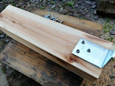 束を梁に固定するためのL型金具