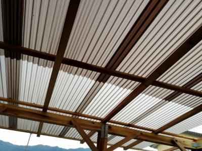 太陽光カット波型ポリカ屋根を小屋内から