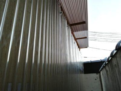 壁面のベニヤに重ねて波型ポリカ施工