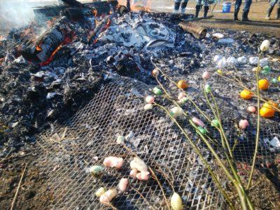 どんど焼きの火で焼くまゆ玉とミカン