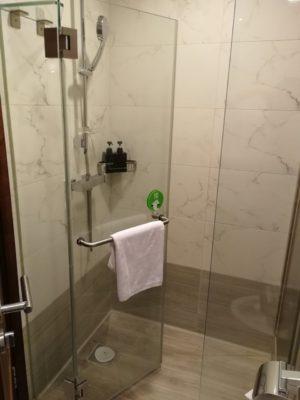 Le Prabelle HotelのQuad Suite シャワー室