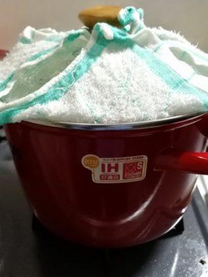 まゆ玉づくり:蒸し器には濡れた布巾をかける