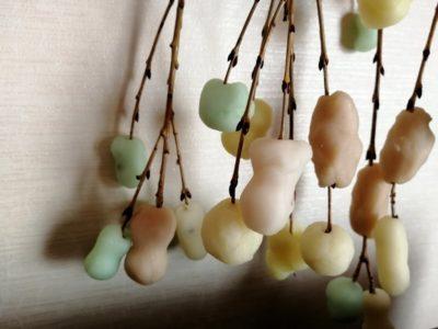 まゆ玉づくり:成形したまゆ玉を柳の枝へ