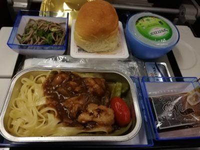 香港航空成田行きの機内食(パスタ)