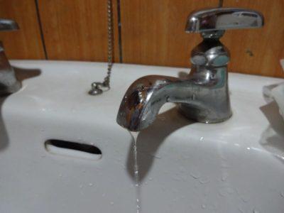 水がポタポタたれる水栓